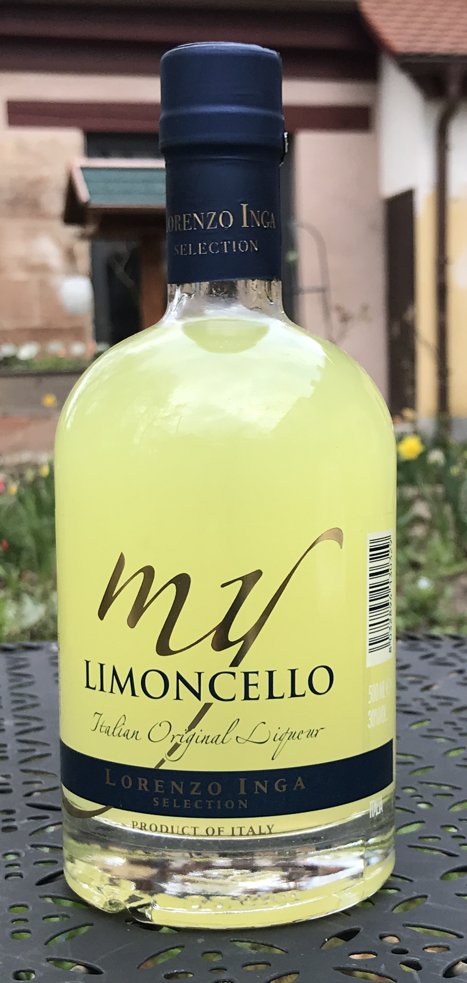 Inga verwendet nur Limonen aus Sizilien, dem Land seiner Vorfahren, für seinen Limoncello. Weich und sanft, mit herrlichem Limonengeschmack, einer leichten eleganten Bitternote und frischer, fruchtiger Säure. Eiskalt ein Genuss. Klassisch im Prosecco oder machen Sie mal ein Sorbet damit.