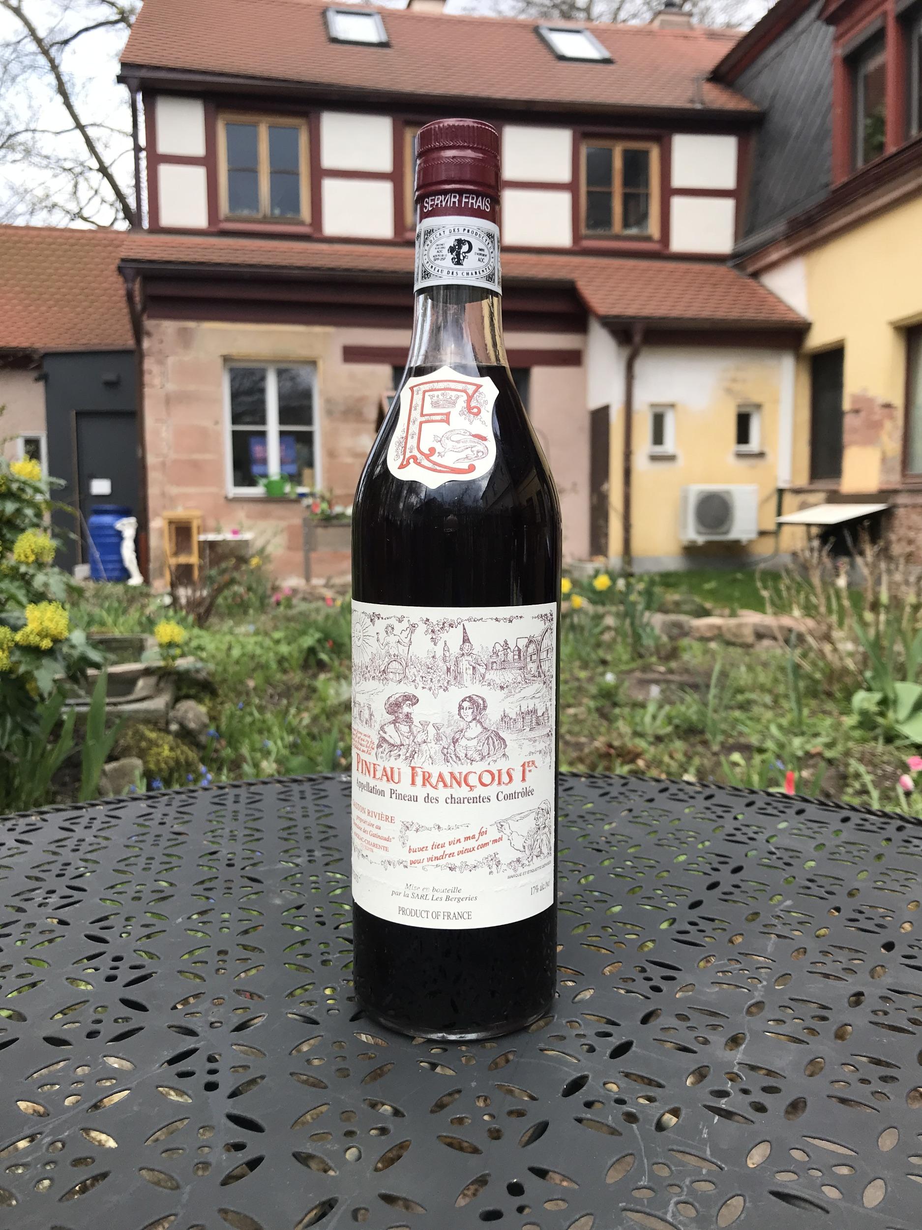 Was ist Pineau? Pineau ist eine Mischung aus 75% frischem Traubensaft (nicht vergoren) und 25% Cognac. Die Colombard-Trauben, die zu 80 % von 90 Jahre alten Rebstöcken stammen, sind an Hängen mit Blick auf die Charente (Landschaft in Frankreich um die Stadt Cognac herum gelegen) gepflanzt und profitieren von einer idealen Lage. Der von französischen und ausländischen Kennern geschätzte Pineau François 1er wurde erstmals im Februar 1934 vermarktet.