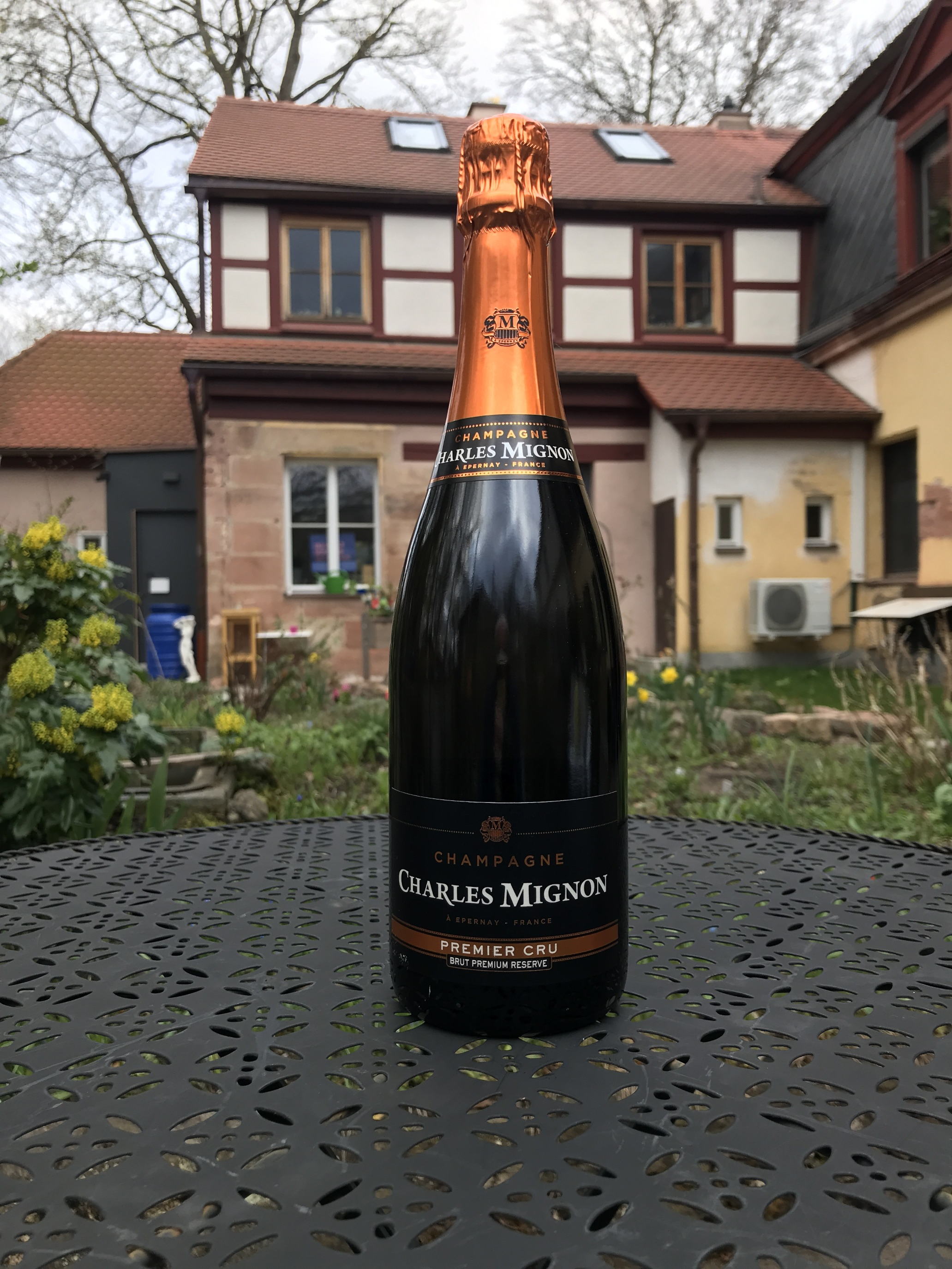 The First Growth terroirs of Epernay Slopes and Montagne de Reims combine. Half-way between aperitif and lunch, this champagne is the perfect introduction. Buds are excited, tongues are loosened: minerality and fruity come in, they are Chardonnay and Pinot Noir.