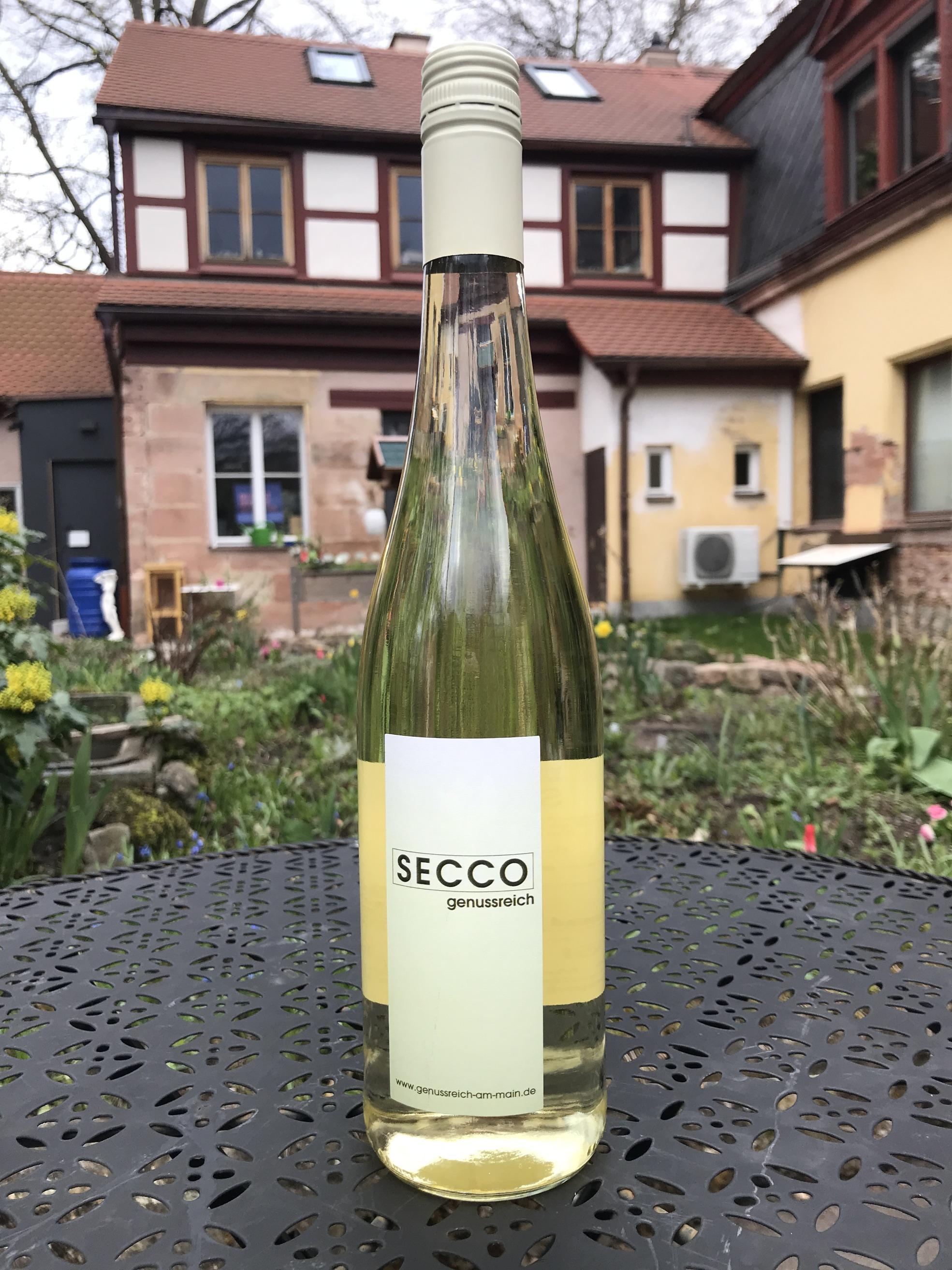 Manchmal muss es spritzig sein. Secco ist die fränkische Antwort auf den italienischen Prosecco. Er profitiert vom kühleren Anbauklima Deutschlands mit mehr Frische und Fruchtigkeit. Unser Secco ist eine Assemblage aus kühlem Helios und fruchtigem Bacchus.